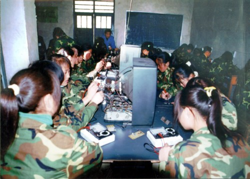 家电学生正在进行家电维修训练