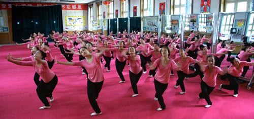 幼师专业学生进行跳舞训练