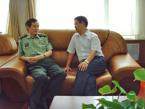 北京军区政委刘福连向韩校长详细了解复转军人自立创业为民办学的情况